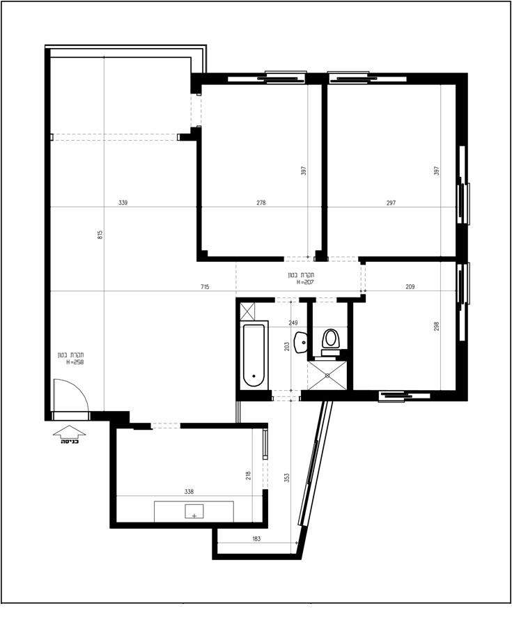 תוכנית הדירה, ''לפני'': דלת הכניסה בפינה השמאלית למטה. מימין לה מטבח בחדר נפרד ומרפסת שירות אלכסונית. הסלון מוארך, ושלושה חדרי שינה מקיפים את חדרי הרחצה והשירותים