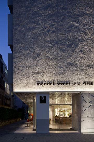 חזית המלון. חיפוי החזית המקורי שוחזר וקיר בטון עם הטמעות גרפיות נוסף בקומת הכניסה (צילום: עמית גרון)