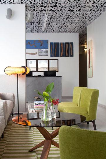 מבט אל הקבלה, דרך הסלון. המנורה של אביעד פטל, השטיחים מלקייה (צילום: עמית גרון)