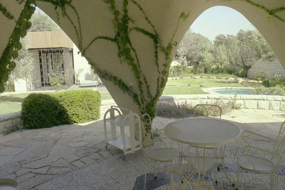 בפינת המגרש נבנה בית תה שעוצב בצורת קונכייה ורצפתו עוטרה בפסיפס (צילום: דן צור)