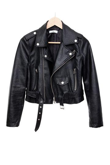 """שלה: ז'קט דמוי עור, עדיקה. """"הז'קט הזה הוא קצת גראנג'י ורוקיסטי, אבל הוא יהיה אופנתי גם בחורף הבא"""" (צילום: ענבל מרמרי)"""