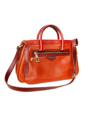 """שלה: תיק נשיאה בצבעי אדמה, מארק ביי מארק ג'ייקובס. """"את התיק הזה לא הייתי קונה לעצמי, בטח לא בצבע הזה. אבל מאז שהוא איתי, אנחנו הולכים יחד"""" (צילום: ענבל מרמרי)"""