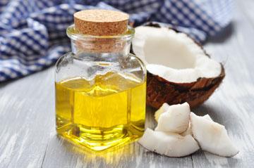 שמן הקוקוס מצוין לעור יבש וסדוק ונמצא במוצרים רבים לטיפוח השיער (צילום: shutterstock)
