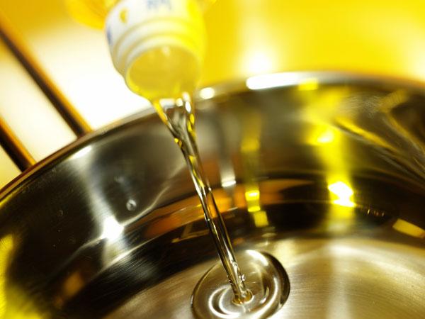 כדאי לטגן בשמן קנולה או חמניות, ולא בשמן זית (צילום: thinkstock)