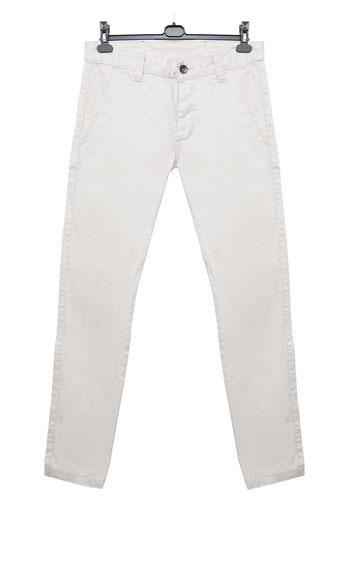 """שלו: מכנסי ג'ינס בהירים, ד""""ר דנים. """"המוכר שכנע אותי למדוד אותם, וזה פשוט היה נראה טוב"""" (צילום: ענבל מרמרי)"""