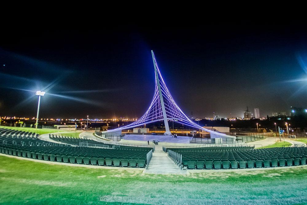 זהו לא גשר המיתרים בירושלים, זהו לא גשר בכלל. אלמנט התאורה שמתנשא מעל ה''אמפי-פארק'', במת המופעים החדשה של העיר (צילום : עמרי אמסלם)