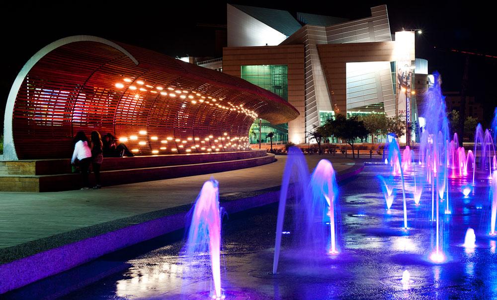 מה שנקרא בנמל תל אביב ''המזרקה שמתיזה מים מלמטה ליד הגלידה'', נקרא כאן ''סיטי פארק'' או ''חוף באר שבע''. מים בצבעים (צילום : עמרי אמסלם)
