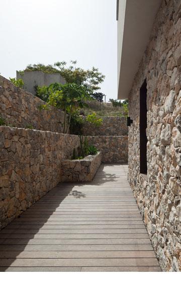 עוד מבט לחצר שמקיפה את חלקו האחורי של הבית (צילום: עמית גרון)