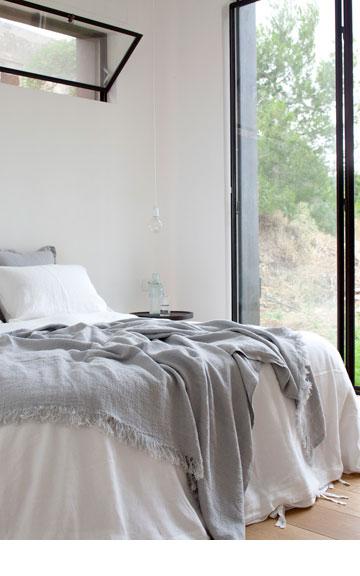 חדר שינה מינימליסטי (צילום: עמית גרון)