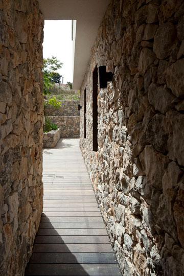אבן שלוקטה מהאדמה וחיפוי דק (צילום: עמית גרון)