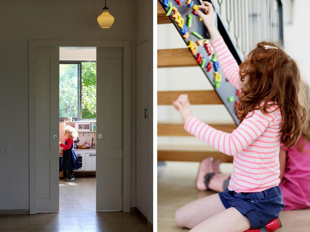 מימין: גם גרם מדרגות יכול להפוך למשחק. מעקה הברזל עוצב במיוחד תוך הקפדה על ההיבט הבטיחותי והתחשבות בכך שהוא משמש ילדים. משמאל: הצצה לחדר המשפחה בקומת הכניסה, שנסגר בשתי דלתות הזזה גדולות כשצריך להשתמש בו כחדר אורחים (צילום: קרן אבני)