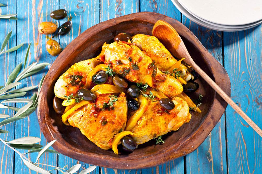 תבשיל עוף עם זיתים ושום (צילום: בועז לביא, סגנון: עמית דונסקוי)