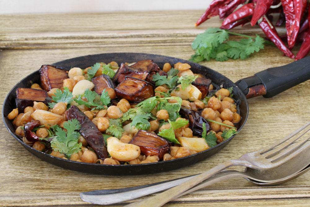 תבשיל חומוס עם חצילים (צילום: אסנת לסטר)