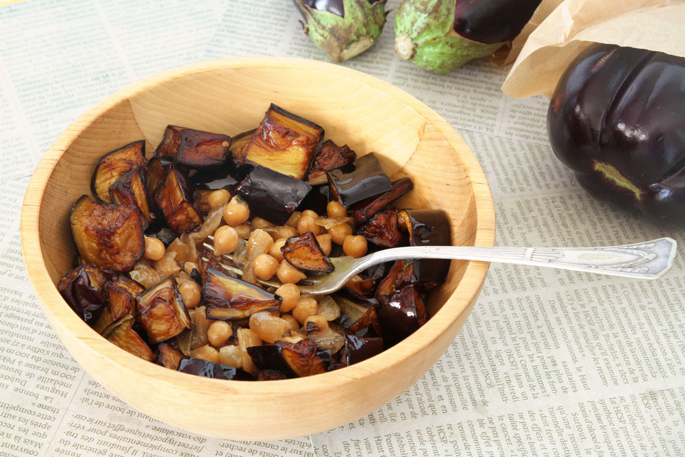 מנזלה - תבשיל ערבי של גרגירי חומוס וחצילים (צילום: אסנת לסטר)