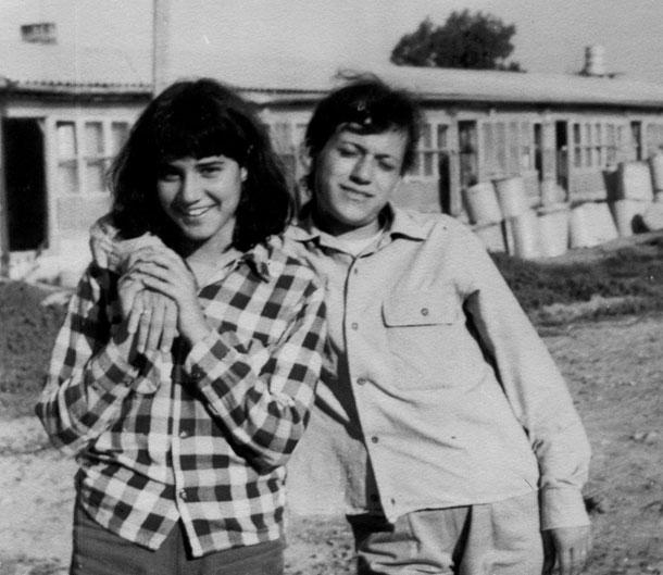המקרר הכי מלא בעולם. אסנת לסטר (משמאל) וחברתה רבקה ארווץ בזמן השירות הלאומי