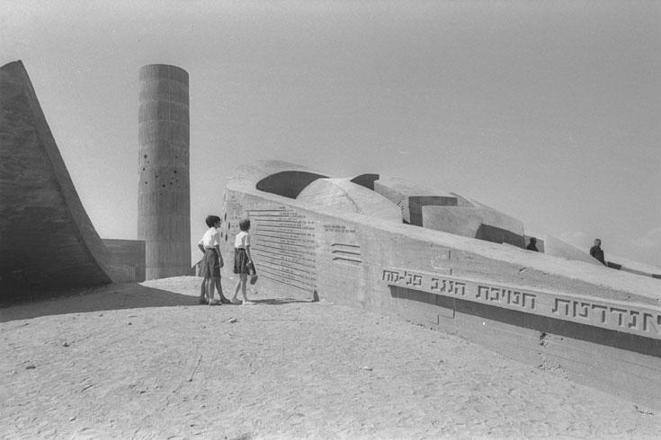 """האנדרטה בשנות ה-60. """"הלכתי לבונה עוגבים"""", מספר קרוון, """"הוא בנה לי 'חלילי רוח' שהרכבנו במגדל, ומאז המגדל מנגן"""" (צילום: דוד אלדן, לע''מ)"""