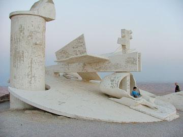 הפסל של תומרקין בערד. אין ספק, יש דמיון (צילום: תהל בלומנפלד)