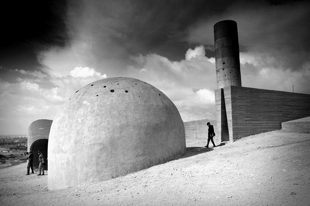 כל אחד עובר כאן חוויה של גילוי כפול: של הנוף, ושלו עצמו. האנדרטה מכילה כיפת בטון, נחש גדול וחלול ומגדל מחורר - גופים שניתן להיכנס לכל אחד מהם (צילום: אבי פז)
