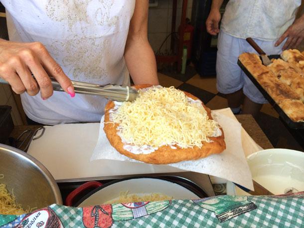 מוגש עם הר קטן של גבינה מגוררת. לנגוש בדוכן בבודפשט (צילום: אסנת לסטר)