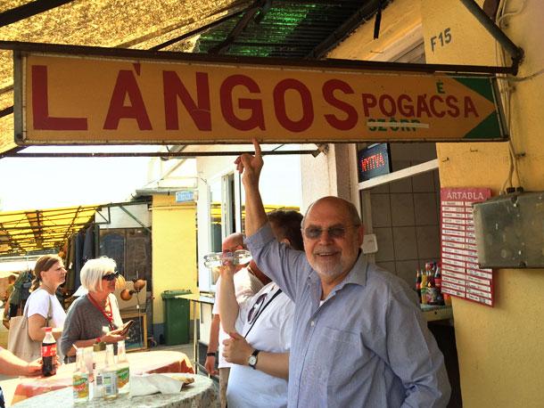 מאכל הרחוב הפופולרי בהונגריה. צביקה לסטר בדוכן לנגוש בשוק (צילום: אסנת לסטר)