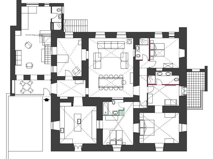 """תוכנית הבית, """"אחרי"""". דלת הכניסה מסומנת בחץ. השטח כולו מסתכם ב-370 מ""""ר (באדיבות איבן לנג)"""