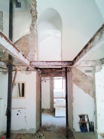 בתהליך השיפוץ, שנמשך שלוש שנים, הוחלט לשמר את משקופי הדלתות (באדיבות איבן לנג)