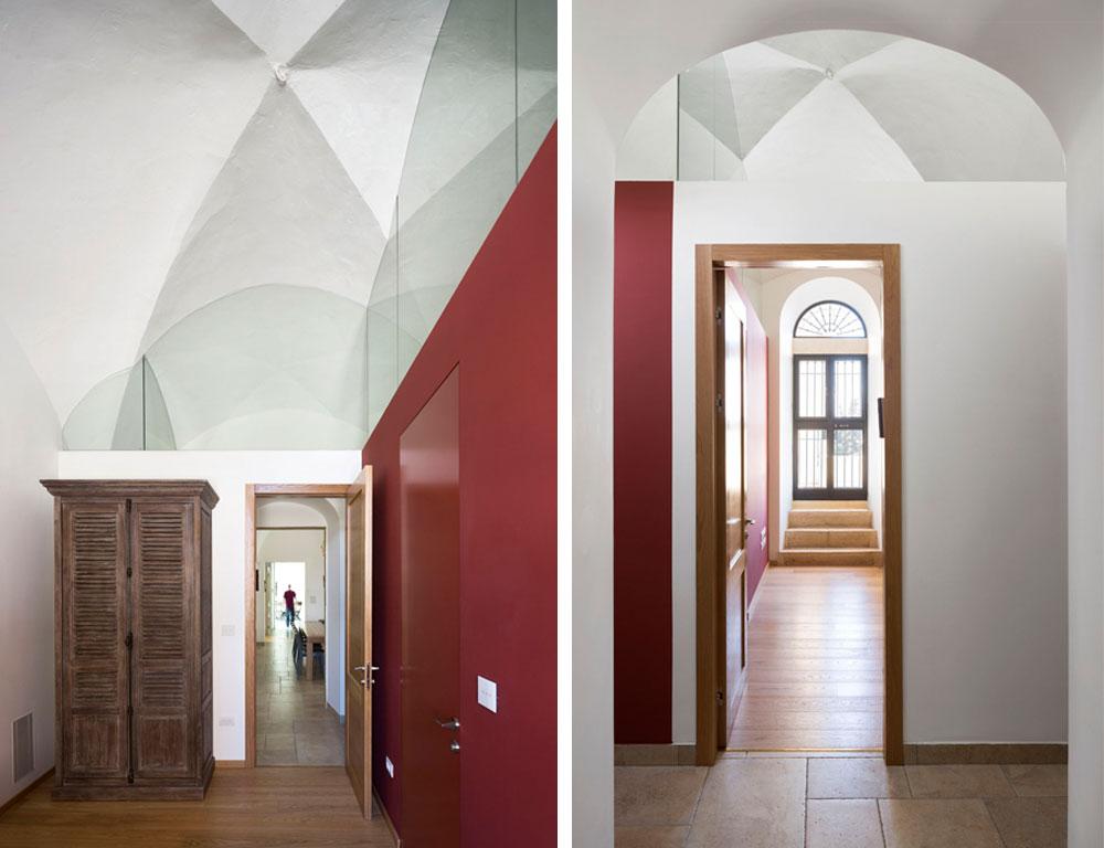 מימין: מבט מכיוון הסלון אל מעין מבואה, שמפרידה בין חדר השינה הראשי לחדר הרחצה שצמוד אליו (אך לא יותר מדי). המדרגות מובילות למרפסת. משמאל: מבט מהכיוון ההפוך. האדריכל איבן לנג בחר שלא לבנות את הקירות לגובה, אלא להדגיש ולהראות את הקמרונות במלואם, באמצעות זכוכית שקופה (צילום: שי אפשטיין)