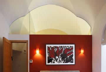 חדר שינה נוסף, שאחד מקירותיו נצבע באדום (צילום: שי אפשטיין)