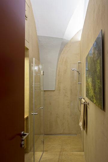 חדר רחצה ושירותי אורחים, בגוני אבן טבעיים (צילום: שי אפשטיין)
