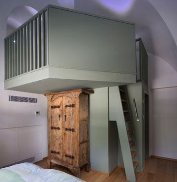חדר השינה השלישי, עם חדר רחצה פנימי, שמעליו נבנתה גלרית שינה לילד (צילום: שי אפשטיין)