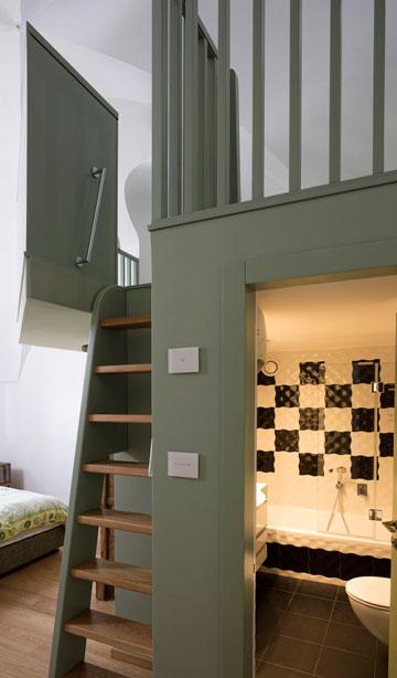 חדר רחצה בשחור ולבן, הגלריה ירוקה. מיטת הילדים שבה נכנסת לגומחת קיר מקורית (צילום: שי אפשטיין)