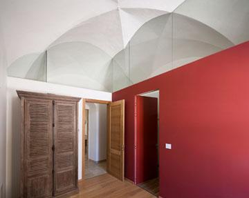 הדלת האדומה מובילה לחדר הרחצה של אגף השינה הראשי (צילום: שי אפשטיין)