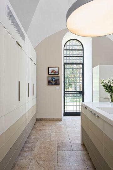 מהמטבח אפשר לצאת לגינה. הארונות הגבוהים משמאל לא מחוברים לקיר (צילום: שי אפשטיין)