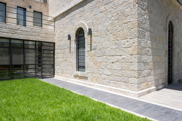 השביל מוביל לדלת הכניסה לבית, ששולבה בקיר עשוי זכוכית וברזל  (צילום: שי אפשטיין)
