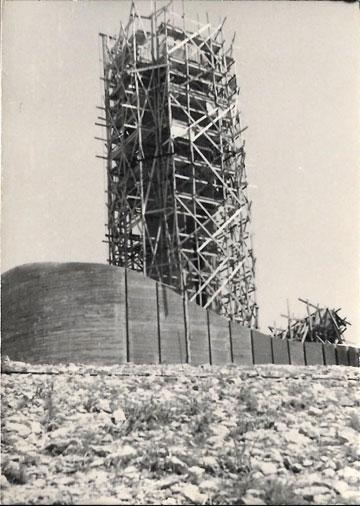 המגדל בבנייה (צילום: מיכה פרי, באדיבות ארכיון דני קרוון)