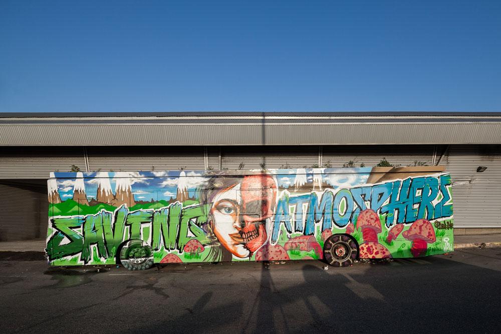 האוטובוס שעומד מחוץ לקומה 7 בתחנה המרכזית החדשה הוא לא רק יצירת גרפיטי חדשה, אלא גם ניסוי חקלאי: גג ירוק שמושקה (בעזרת ''נטפים'') כדי לווסת את הטמפרטורה ברכב. אולי התחלה של מהלך גדול יותר (צילום: טל ניסים)