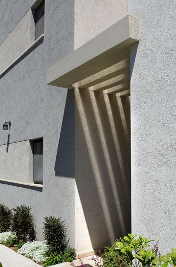 """כניסה לאחד מבתי ההרחבה. """"יחסית לקיבוץ, אלה סטנדרטים מאוד גבוהים"""", אומרת האדריכלית (צילום: עמית גושר)"""