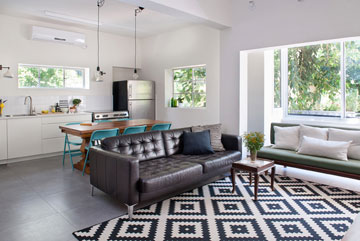 ביטול מרפסת השירות הפך את הנוף לחלק מהסלון (צילום: גלית דויטש)