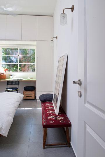 מבט לתוך חדר ההורים. מקסימום אחסון: ארון על קיר שלם, עוטף את החלון (צילום: גלית דויטש)