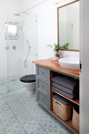 חדר הרחצה הוקטן, האמבטיה הוחלפה במקלחון מרווח (צילום: גלית דויטש)