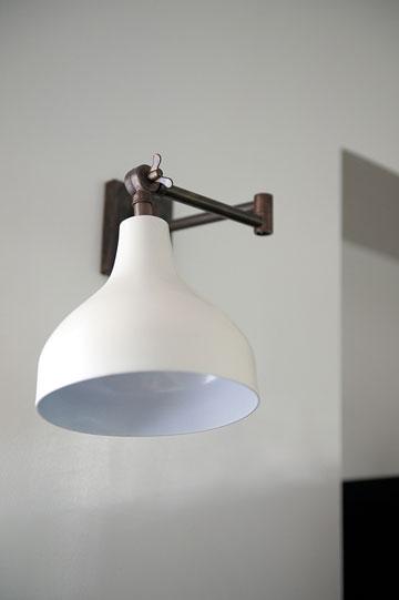 מנורות קריאה הוסבו למנורות קיר (צילום: גלית דויטש)