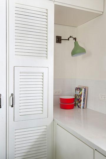 דלתות התריס שפורקו מחדר הילדים שופצו ושולבו בארונות המטבח (צילום: גלית דויטש)