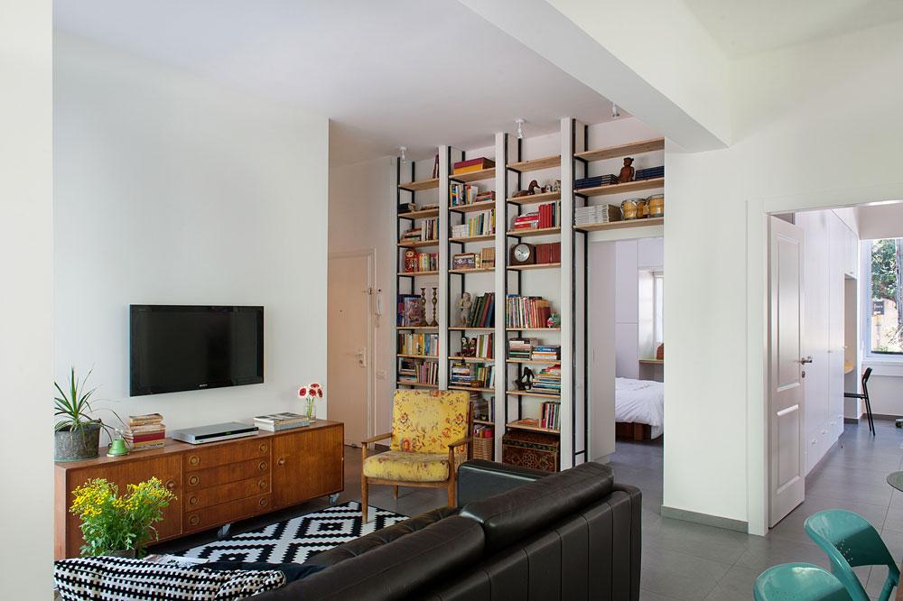 ו''אחרי''. הסלון החליף מקומות עם המטבח, ובזכות ביטולן של שתי מרפסות שירות והקטנתו של חדר הרחצה - שני חדרי השינה והחלל הציבורי הרוויחו מטראז' (צילום: גלית דויטש)
