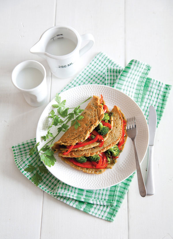 אפשר לגוון בירקות ולהגיש עם טחינה, חמאת שקדים מדוללת או רוטב חריף כמו חריסה או סחוג. חביתה טבעונית ממולאת (צילום: יוסי סליס, סגנון: נטשה חיימוביץ')