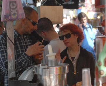 אסתר עופרים עם אחיה נועם זייד-הלוי בתל אביב (צילום: יגל בר קמא)
