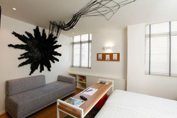 כמו צמח מטפס מפנימיות אופניים. החדר שיצרה טל שושן ב''ארטפלוס'' (צילום: אברהם חי)