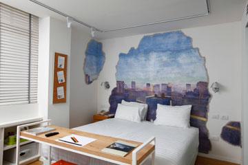 אחד החדרים החדשים ב''ארטפלוס'': פרסקו ים תיכוני של מידד אליהו (צילום: אברהם חי)
