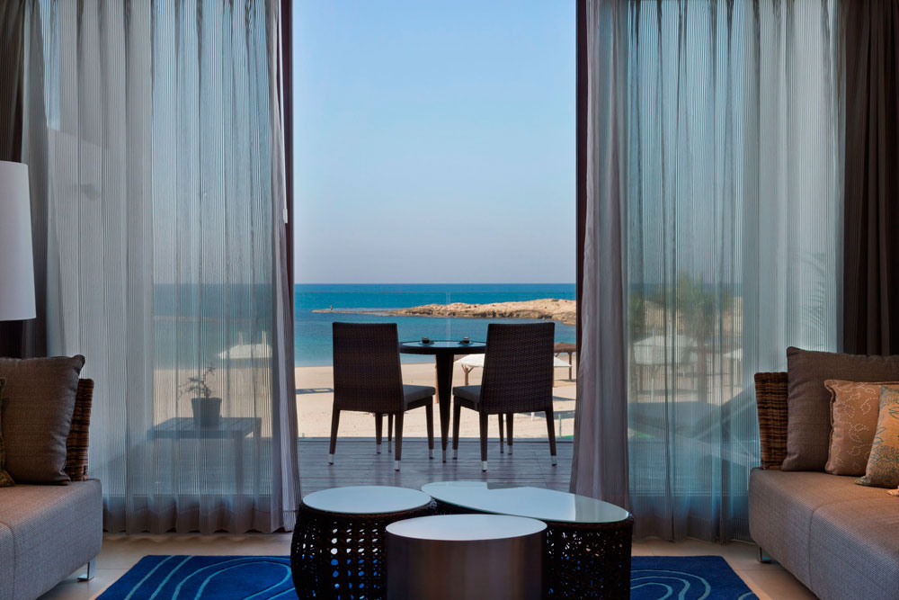 לכל חדר בריכה פרטית שכמעט משיקה לים. אגף הבוטיק החדש במלון של קיבוץ נחשולים, המפורסם בקרבתו לקו החוף. עיצוב הפנים תכול אף הוא, בהשראת הנוף (צילום: אסף פינצ'וק)