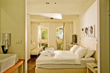 אחד החדרים החדשים ב''טמפלרס'' בחיפה (צילום: רמי זרנגר)