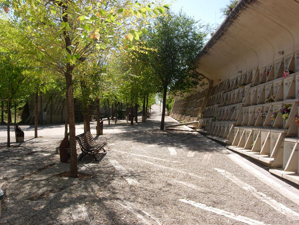 בית הקברות בעיר איגוואלאדה. המבקר הולך בשביל מעגלי שקוע באדמה; לצידו, קיר של קברים משמש גם כתפאורה להליכה הטקסית (צילום:Mcginnly)